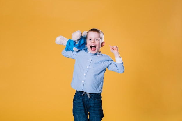 Rapaz excitado com ursinho de pelúcia