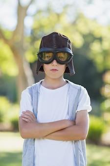 Rapaz fingindo ser piloto de aviação