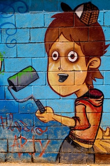 Rapaz graffiti na parede