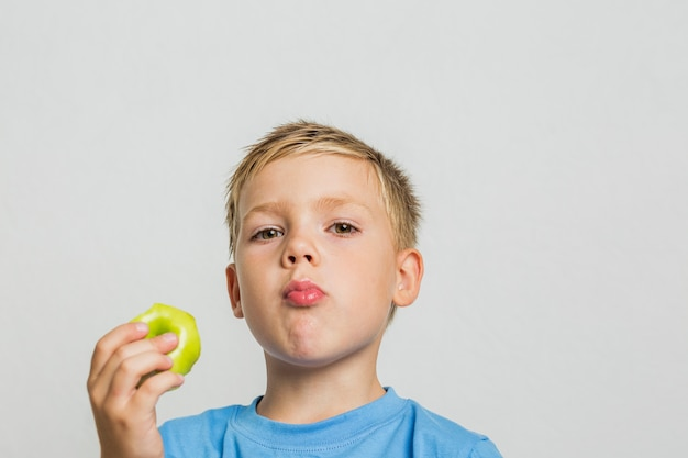 Rapaz jovem close-up com uma maçã