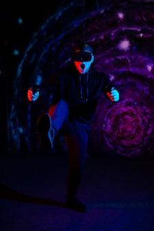 Rapaz na sala de jogos usando óculos de realidade virtual vr