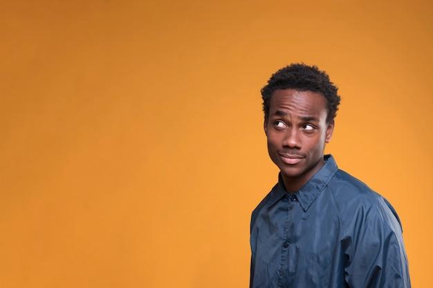 Rapaz negro posando