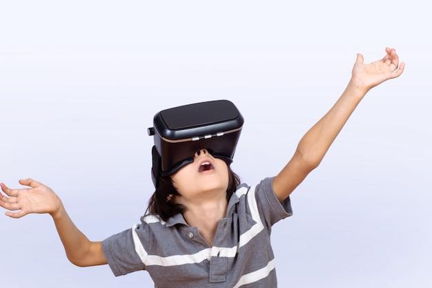 Rapaz pequeno que joga jogos de vídeo com vr.