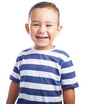 Rapaz pequeno que ri