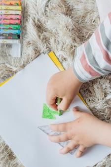 Rapaz pintando algo em casa