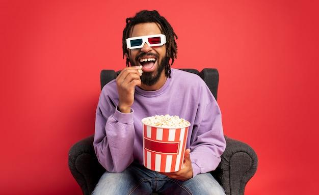 Rapaz se diverte assistindo a um filme. conceito de entretenimento e streaming de tv
