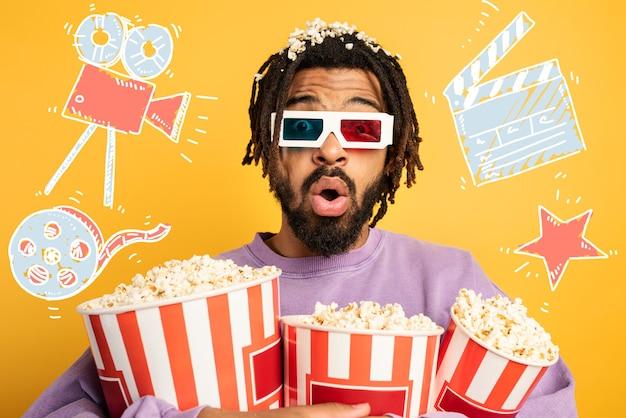 Rapaz se diverte assistindo um filme. conceito de entretenimento e streaming tv