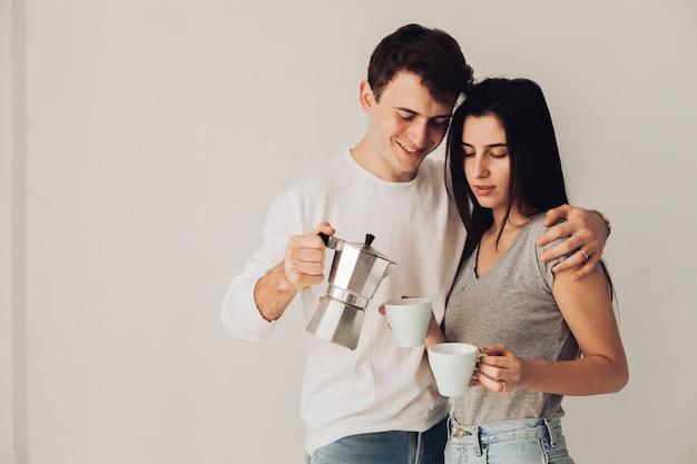 Rapaz servindo café para sua namorada