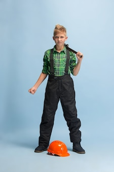 Rapaz sonhando com a profissão de engenheiro. infância, planejamento, educação, conceito de sonho.