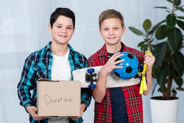 Rapazes com caixa de doação