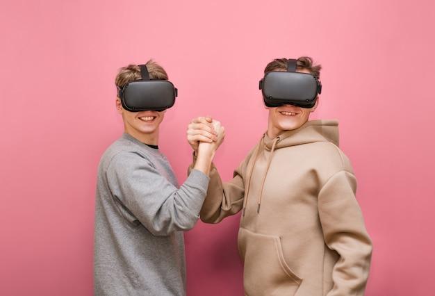 Rapazes com controlador e capacetes de rv jogando videogame