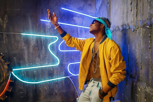 Rapper negro em luz neon subterrânea