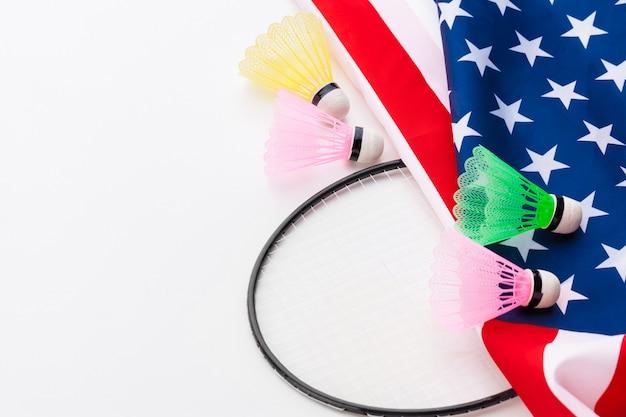 Raquete de badminton e petecas na bandeira nacional dos eua