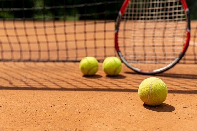 Raquete de close-up com bolas de tênis