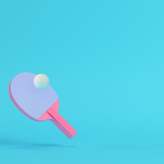 Raquete de pingue-pongue rosa com bola em fundo azul brilhante