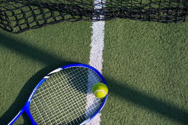 Raquete de tênis de alto ângulo no campo
