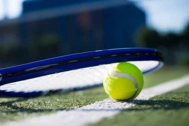 Raquete de tênis de baixo ângulo na bola