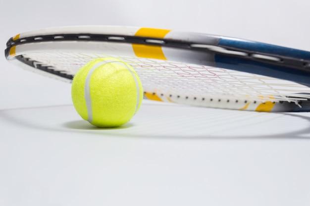 Raquete de tênis e bola.