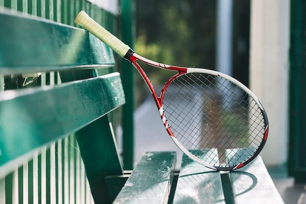 Raquete de tênis em um banco