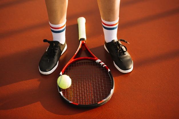 Raquete de tênis no campo