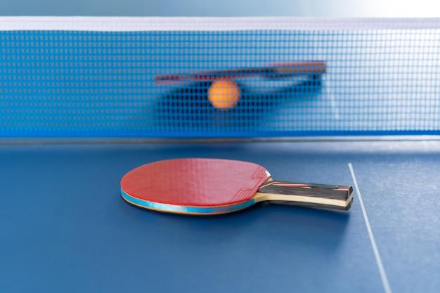 Raquete e bola de tênis de mesa, atividade esportiva em recinto fechado