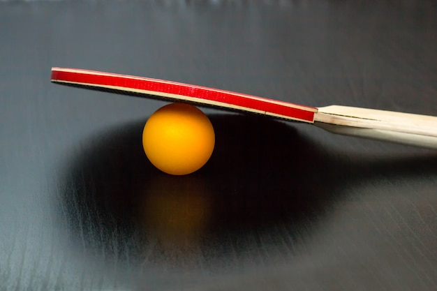 Raquete e bola de tênis de mesa ou ping pong