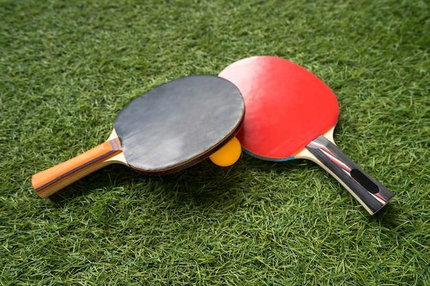 Raquete e bola de tênis de mesa