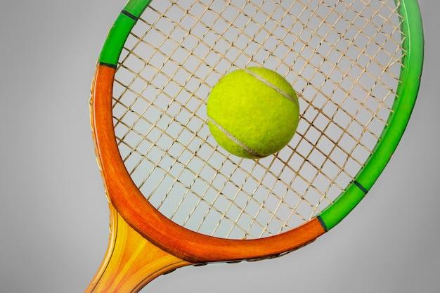 Raquete e bola de tênis