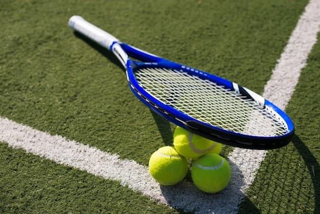 Raquete e bolas de tênis de ângulo elevado