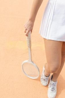 Raquete e pernas de jogador de tênis de close-up