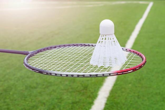Raquete e peteca para close-up de badminton