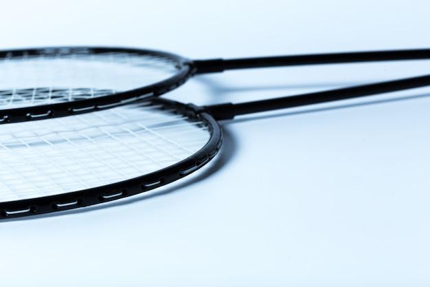 Raquetes de badminton na superfície branca