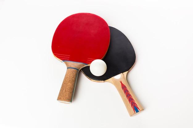 Raquetes de ping-pong e bola, isolado no branco