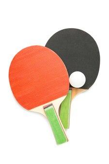 Raquetes de pingue-pongue e bola isoladas em superfície branca