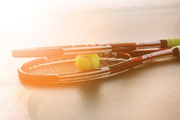 Raquetes de tênis com uma bola