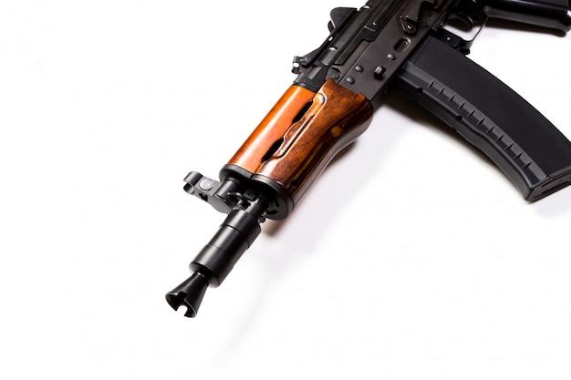 Raro primeiro modelo ak - fuzil de assalto 47 isolado no branco