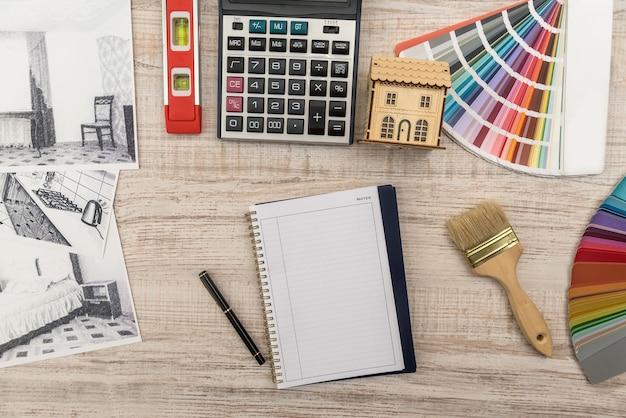 Rascunho inacabado do esboço clássico do quarto, bloco de notas vazio, ferramentas coloridas na mesa
