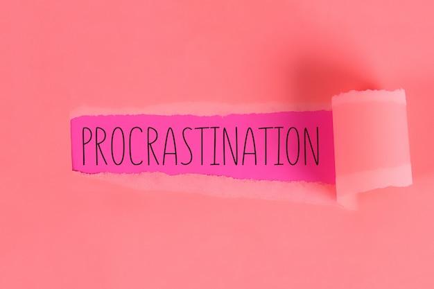 Rasgado fora da procrastinação da inscrição da abertura do papel da parte.