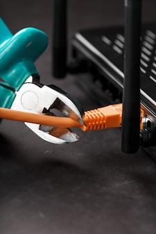 Rasgando e cortando com cortadores de fio azul a conexão de rede