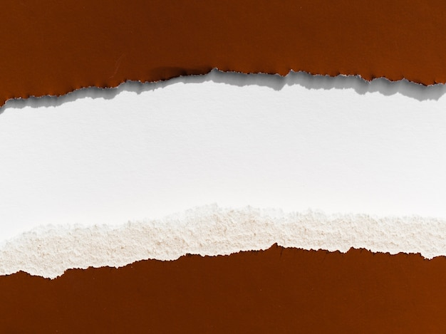 Rasgo horizontal em papel pardo