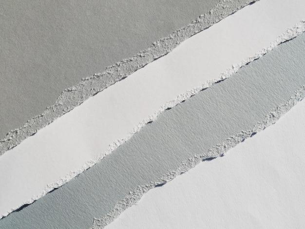 Rasgos de papel na diagonal em escala de cinza