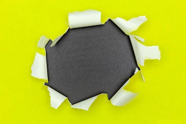 Rasgou o fundo de papel aberto, espaço para sua mensagem no papel rasgado