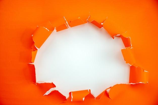 Rasgou o fundo de papel laranja aberto