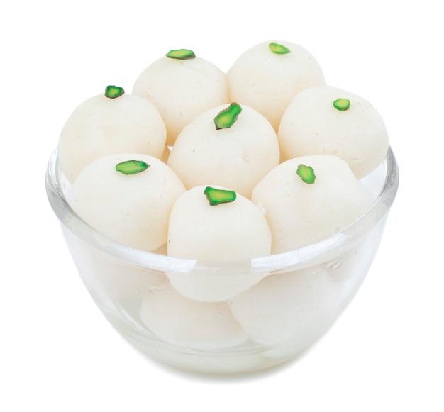 Rasgulla comida indiana doce em fundo branco