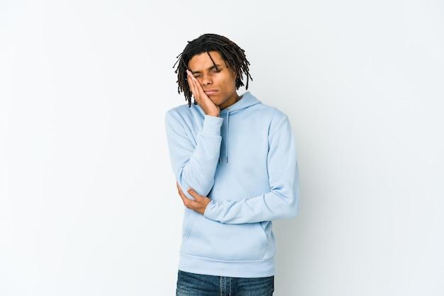 Rastaman afro-americano jovem que está entediado, cansado e precisa de um dia de relaxamento.