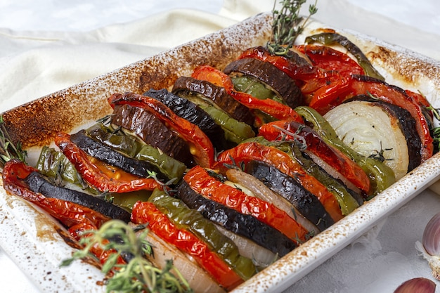 Ratatouille caseiro. ensopado francês tradicional de legumes de verão