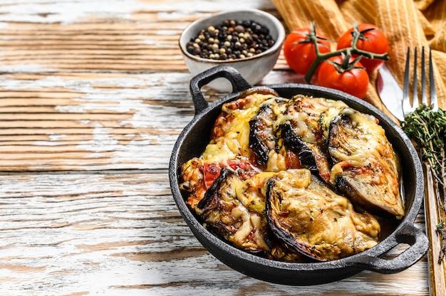 Ratatouille de vegetais assado em prato de ferro fundido