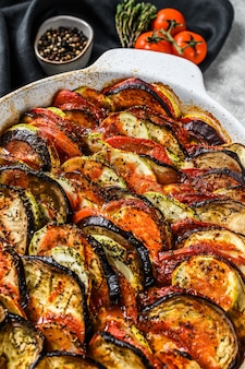 Ratatouille, prato caseiro de vegetais. comida vegetariana.