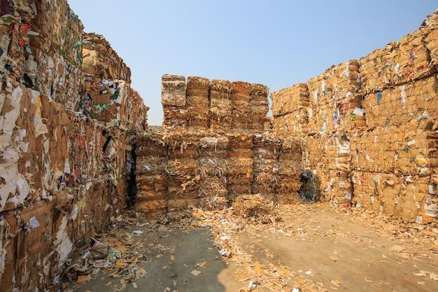 Ratchaburi, tailândia, 5 de fevereiro de 2018 pilha de papel e pedaço de papelão na fábrica de papel da indústria de reciclagem