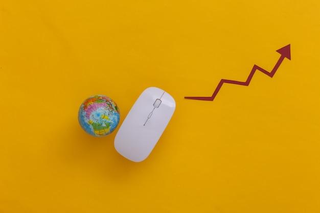 Rato branco com globo, seta ascendente em fundo amarelo. negócios online, comércio. vista do topo. postura plana